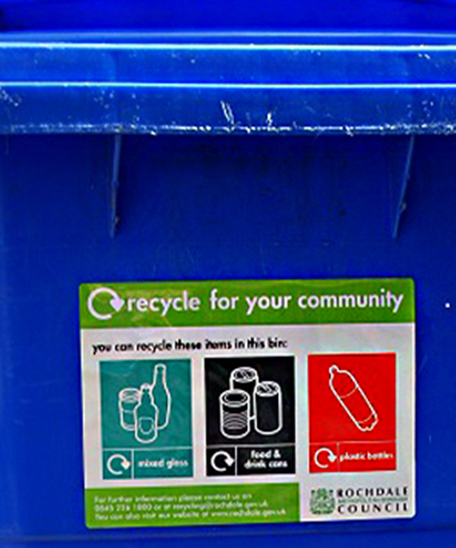 Self-adhesive recycling self-adhesive label on bin